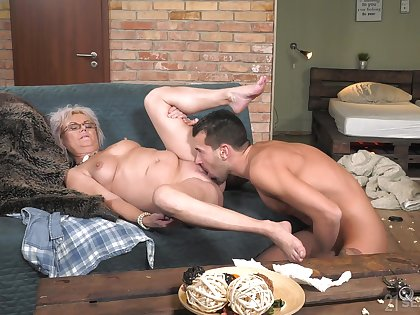 Granny works magic approximately the brush soaked pussy increased by ass